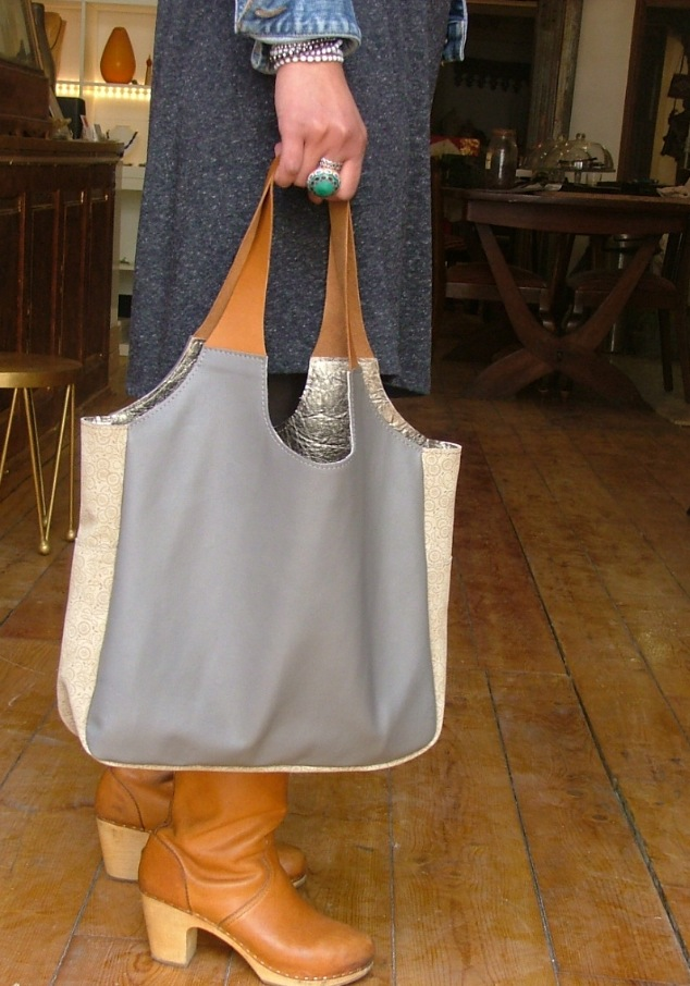 grey shopper with flowery beige