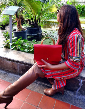Red shoulder bag combined with gold leather inside